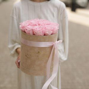 rozowe roze w okrągłym pudełku