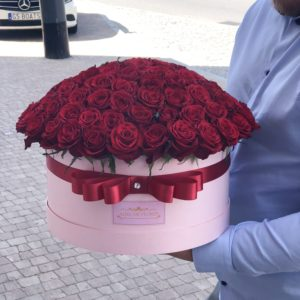 Duze różowe okrągłe pudelko z rozami