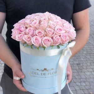 box z różowymi różami