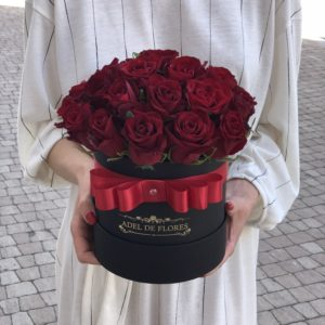 maly box z czerwonymi różami