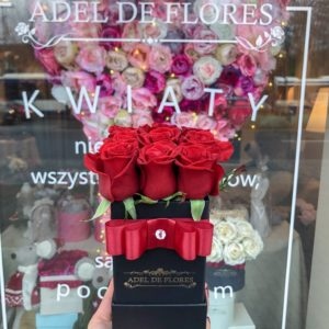 Mały box z czerwonymi różami
