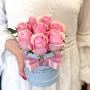 Mały box z rożowymi rożami