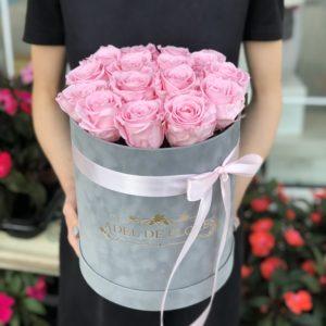 Szare flokowane pudełko z wiecznymi różami