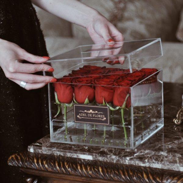 kwadratowy flower box z czerwonymi różami