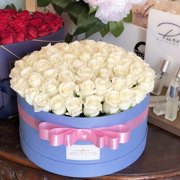 duze okragly box z bialymi różami