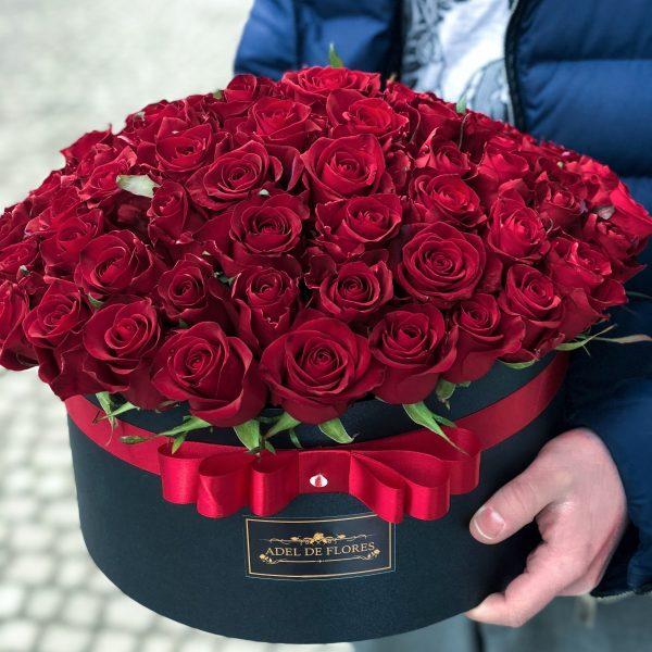 Duze flower box z czerwonymi różami