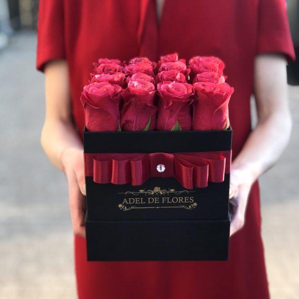 czarne kwadratowe pudelko z różami