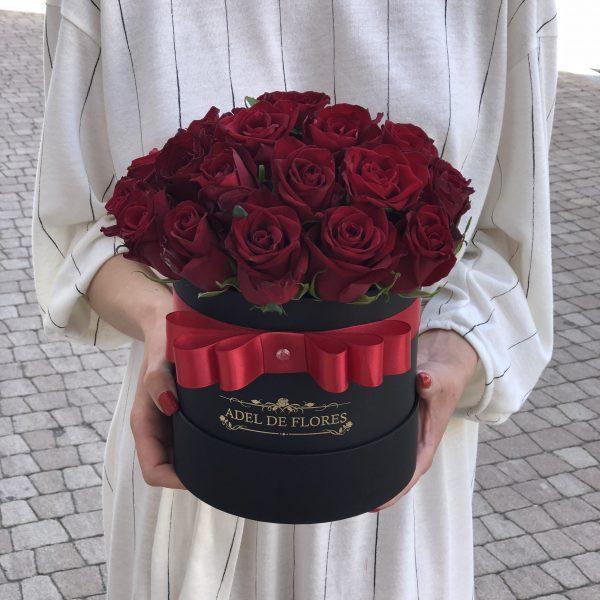box z czerwonymi różami