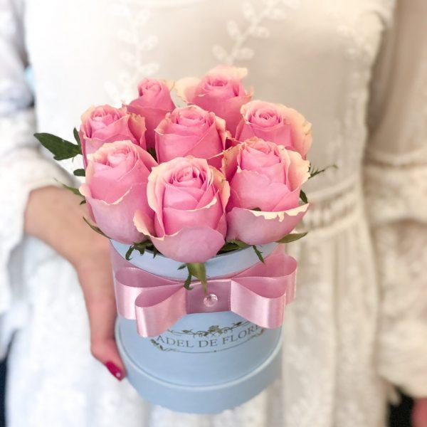 box z rożowymi rożami